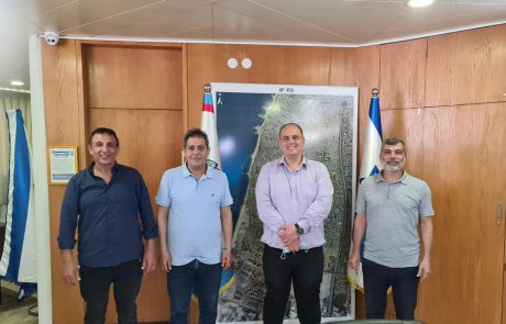 חתימת ההסכם הקואליציוני בין ראש העיר צביקה ברוט לבין שמעון ועקנין